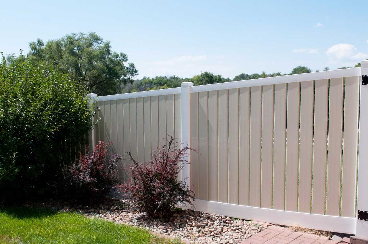 Lakeview Semi-Privacy Vinyl Fence Picture