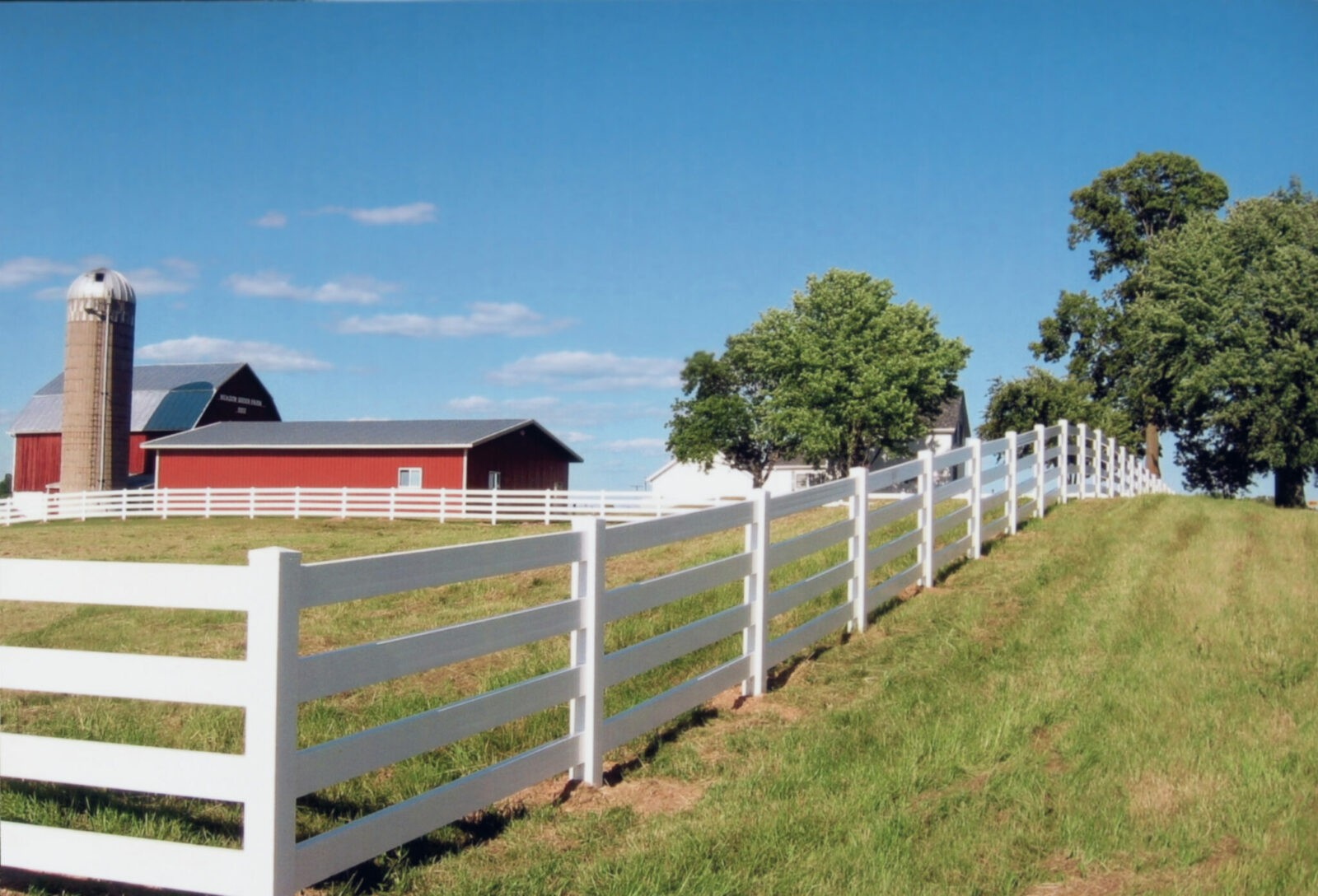 4 Rail Vinyl Fence Picture