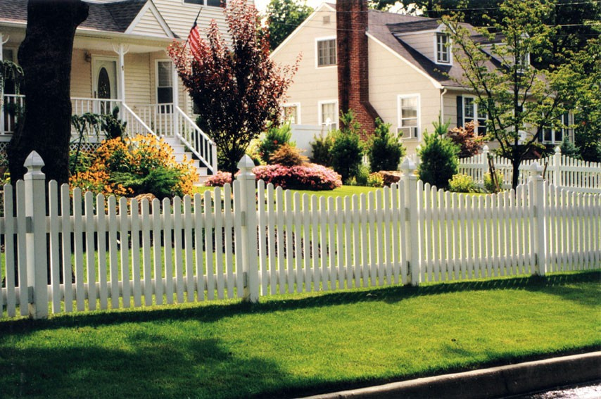 Photo of a white Springfield vinyl picket fence.